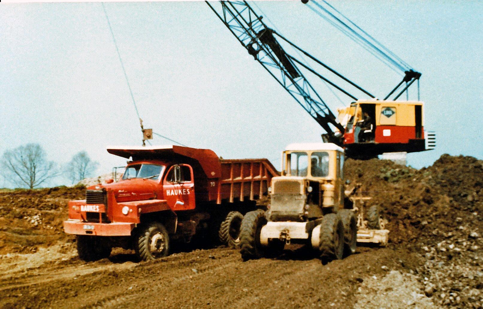 Mack-nr-70---een-dragline-en-een-Caterpillar-grader-