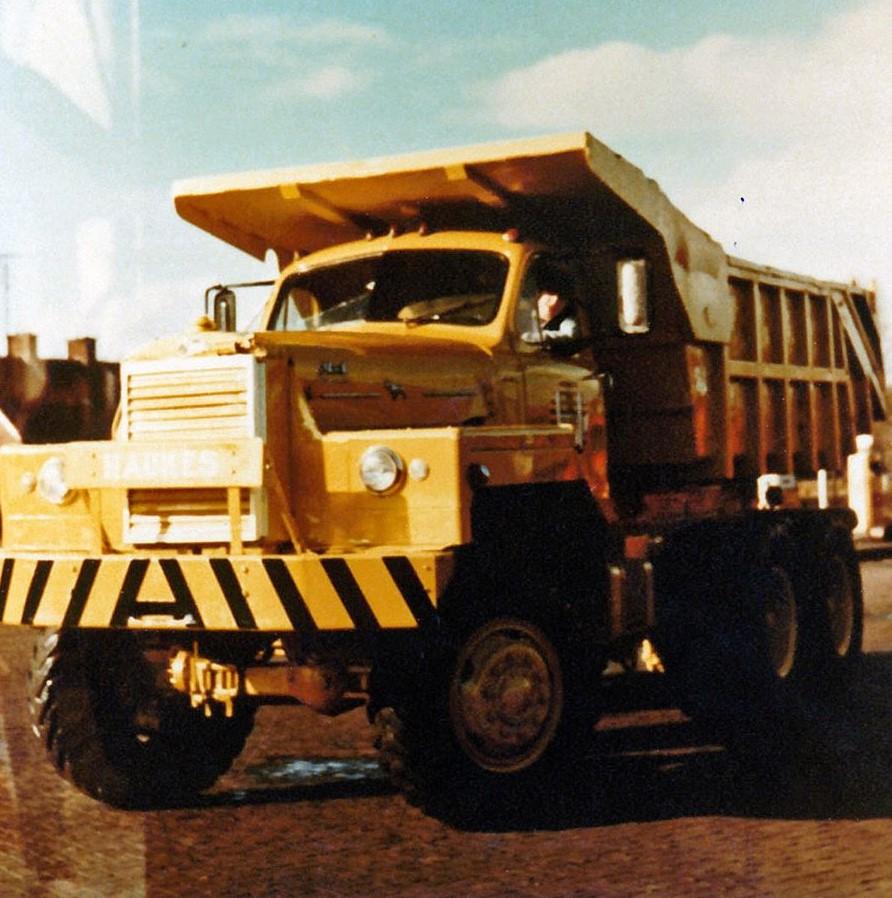 Mack-nr-71-in-de-nieuwe-bedrijfskleuren-geel.-Achter-het-stuur-Harm-Haukes--2