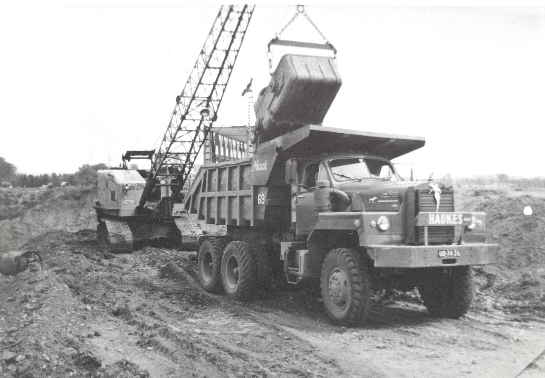 Mack-nr.69-word-hier-geladen-door-een-Smith-26-dragline-van-Hauks-in-Ecxht-bij-het-Juliana-kanaal