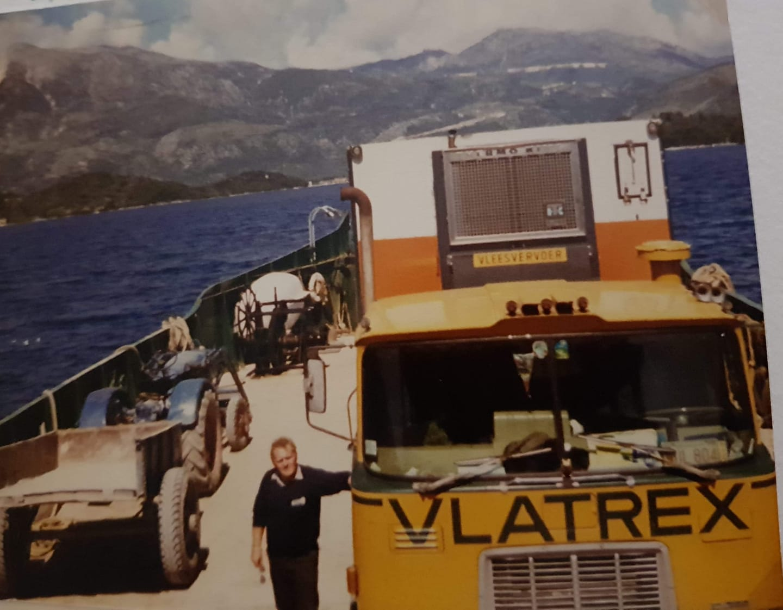 Uit-de-tijd--toen-geluk-nog-heel-gewoon-was--1980-Kees-Tukker-onderweg-met-zijn-Vlatrex--Mack--Onderweg-van-het-Griekse-eiland-Lefkas-naar-het-eilandje-Skorpios--Met-de-KOPCKE-trailer-vol-met-scheepsproviand