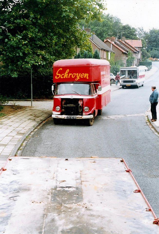 Friedus-Schroyen-rechts-op-de-foto-kijkt-hier-met-pijn-in-zijn-hart-hoe-zijn-oude-Mercedes-verhuiswagen-na-jarenlang-trouwe-dienst-wordt-opgehaald-en-afgevoerd