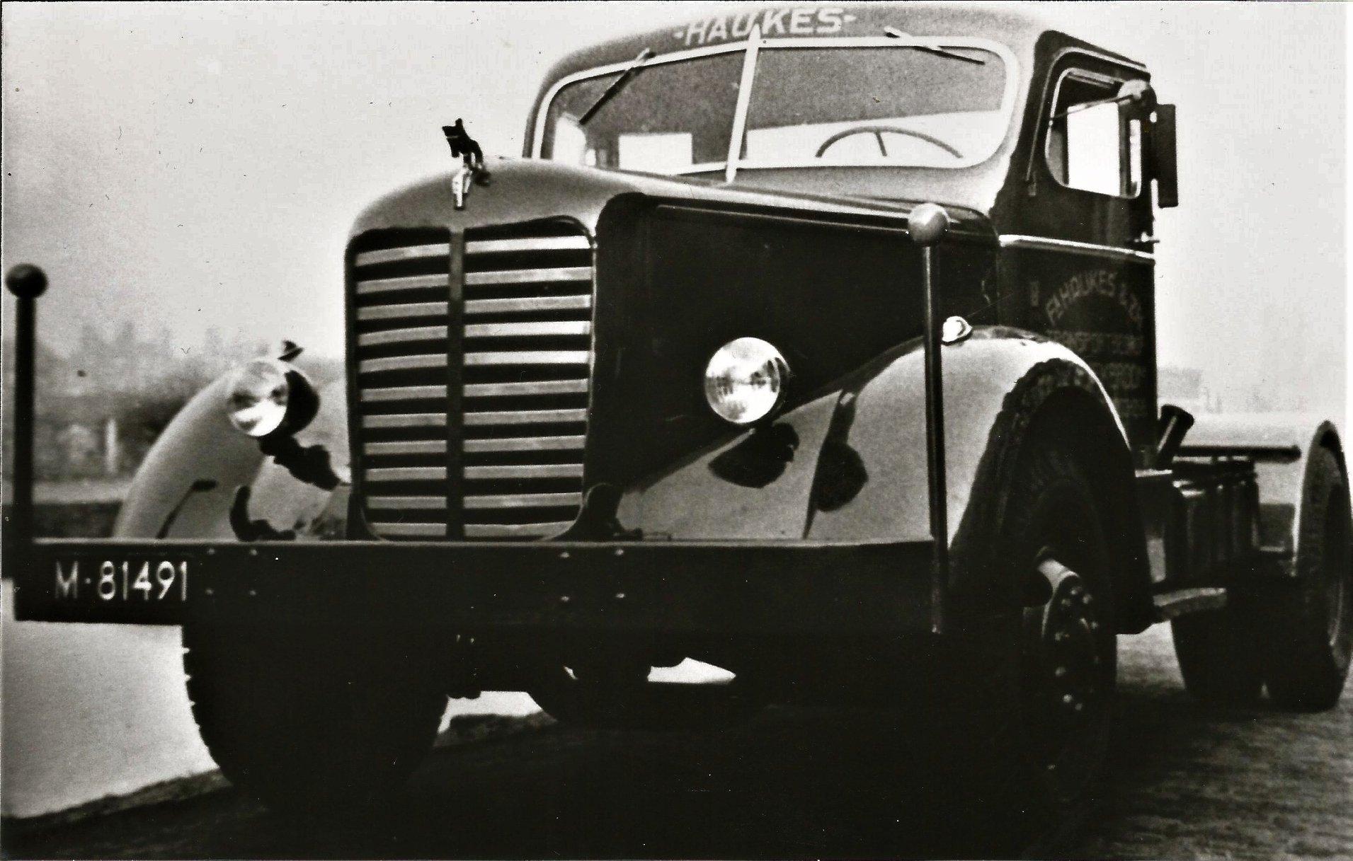de-eerste-Mack-NR-trekker-van-Haukes--deze-Mack-is-compleet-omgebouwd-en-opgeknapt-van-3-assige-motorwagen-naar-een-enkel-assige-trekker-Hans-Megens-foto