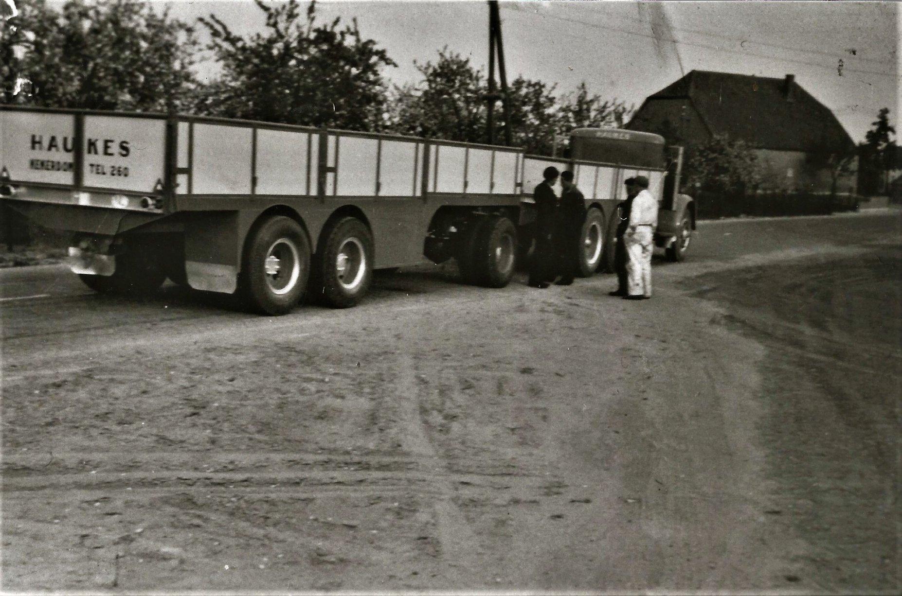 een-opgeknapte-Mack-NR-met--een-eigengebouwde-aanhanger-1953