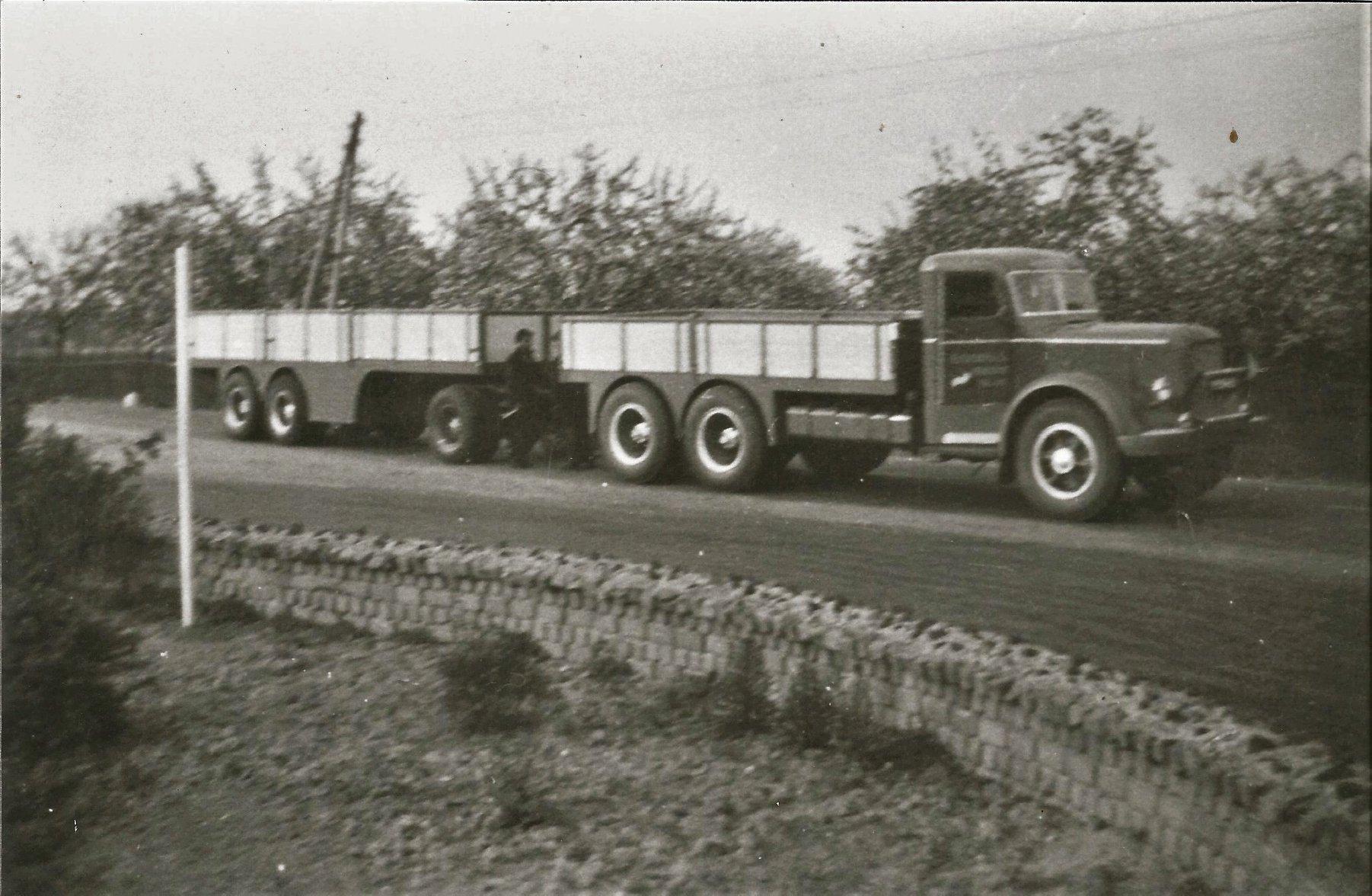 een-opgeknapte-Mack-NR-met-een-eigengebouwde-aanhanger-1953