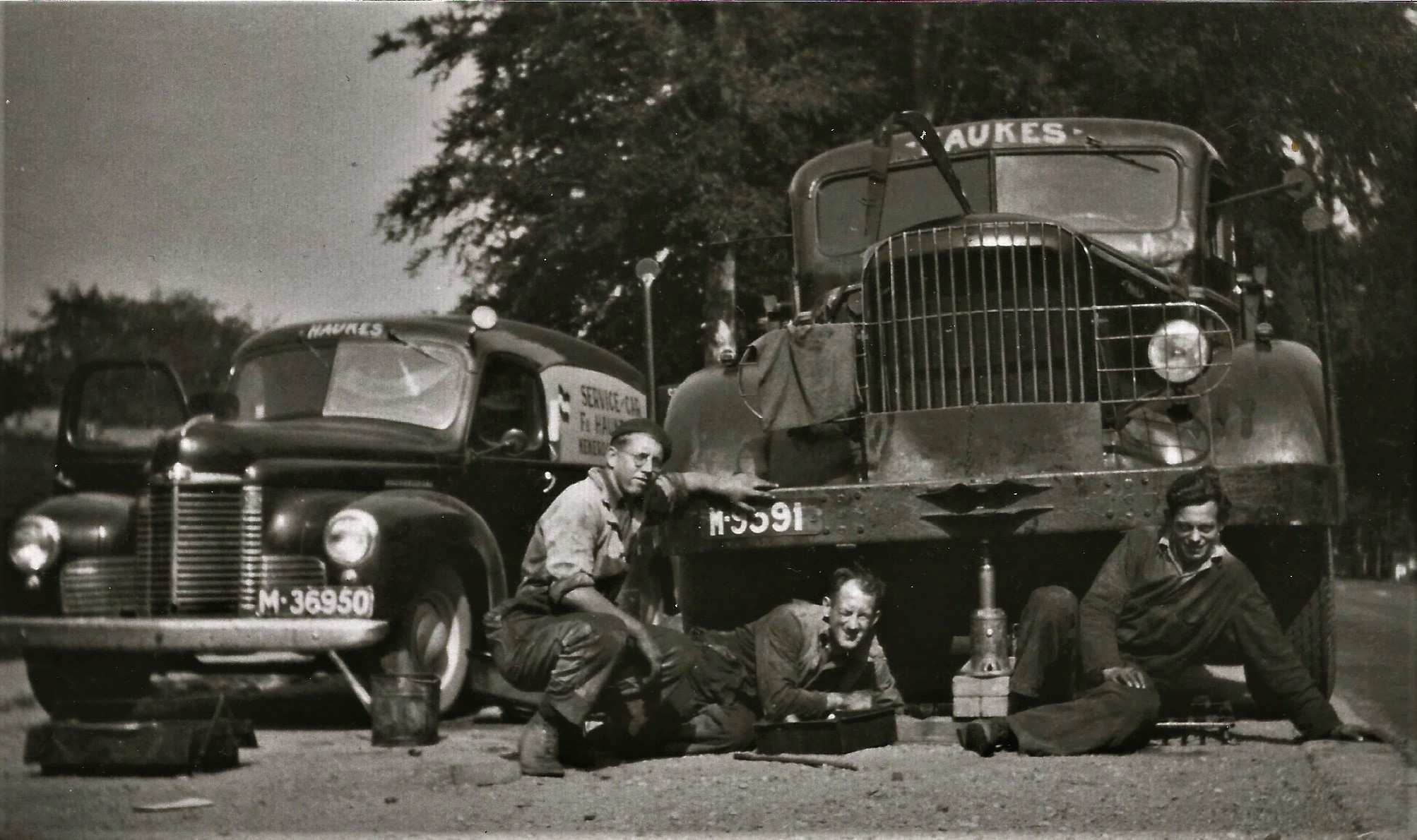 ook-een-Mack-NR-ging-weleens-stuk--op-deze-foto-is-men-bezig-om-een-zuiger-en-een-cilinderbus-te-vervangen-van-deze-Mack-Lanova-diesel-