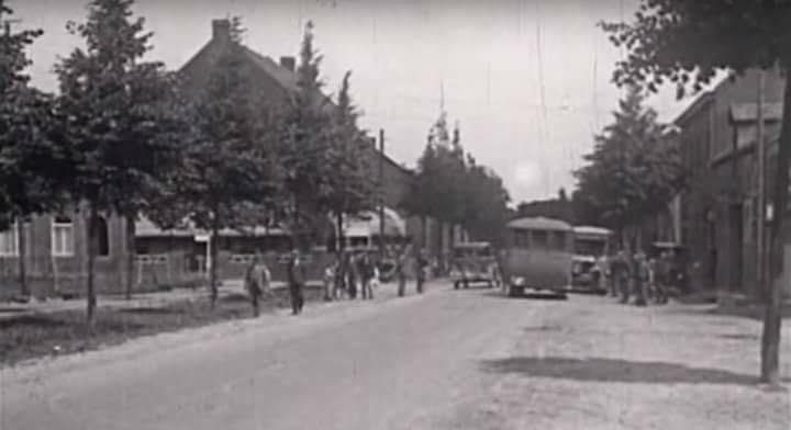 de-rijksweg-in-Beek-bussen-rijden-af-en-aan--1932