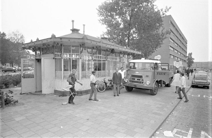 Rotterdam--1967-Oude-Tramhuis-RET--centrale-post-en-loket--naast-gebouw-Bouwcentrum-aan-het-Kruisplein