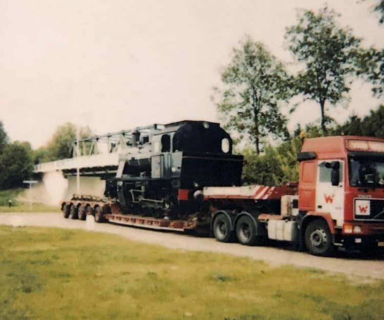 Dennis-Cordes---Locomotief-laden-bij-AKZO-Hengelo-voor-spoorweg-museum-Utrecht-1