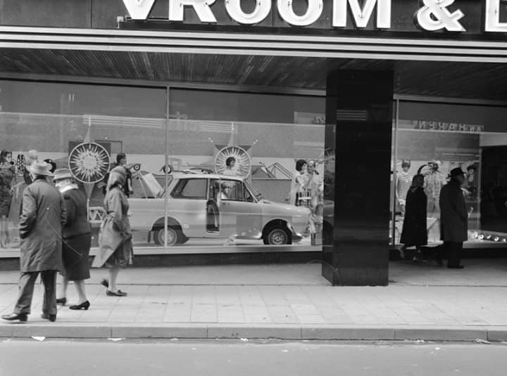 Showroom-in-de-Vroom-en-Dreesman-winkel