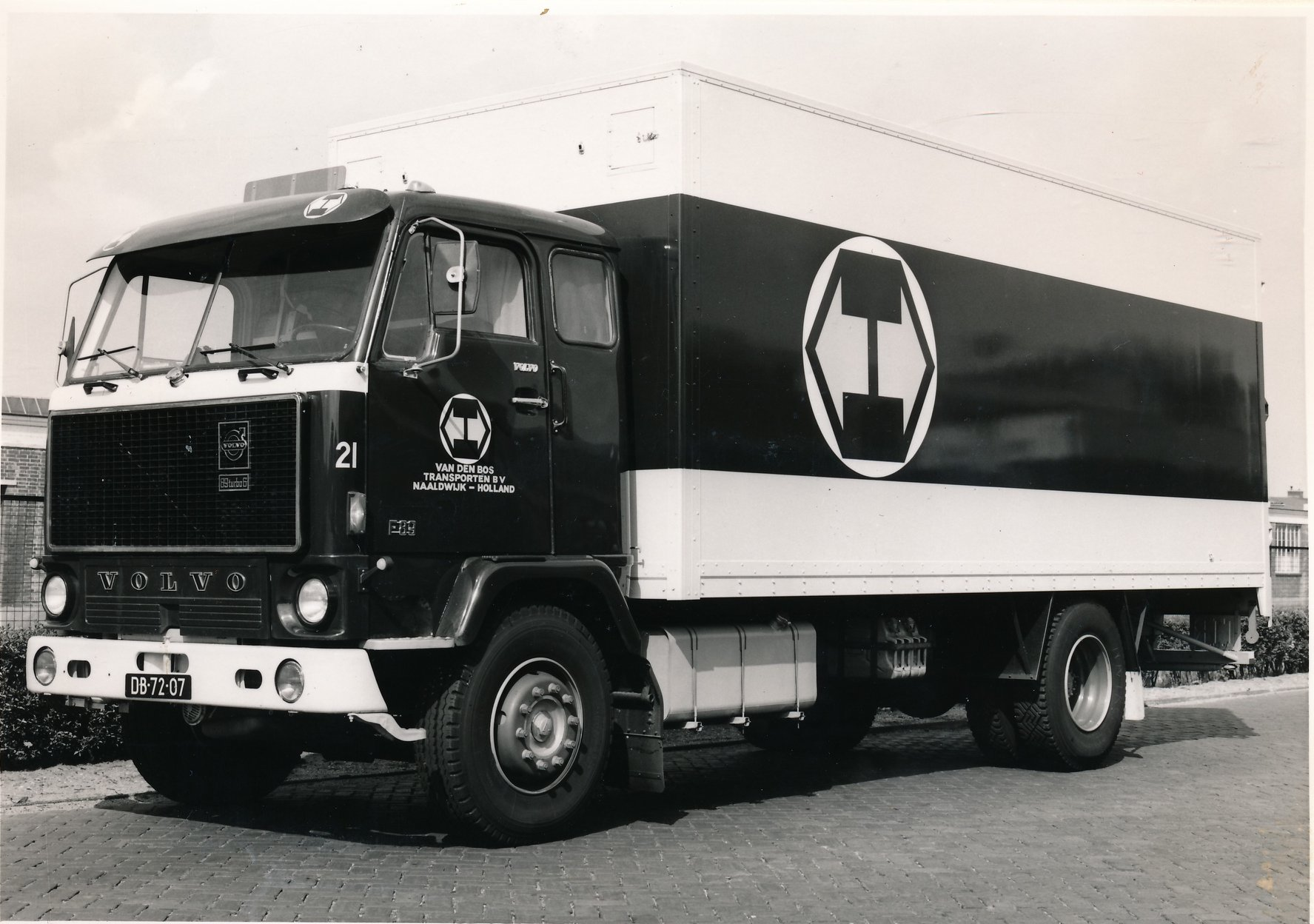 Wil-Goeijenbier-zijn-Volvo-bij-het-bedrijf-3