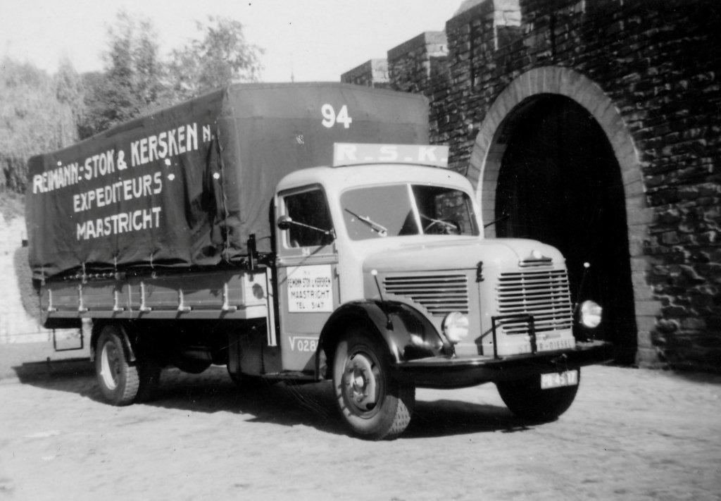 Loe--Schellingen-Eentje-van-in-de-jaren-50-zo-n-auto-reed-ook-in-de-kleuren-van-RSK--als-kleine-jongen-vaak-in-gezeten