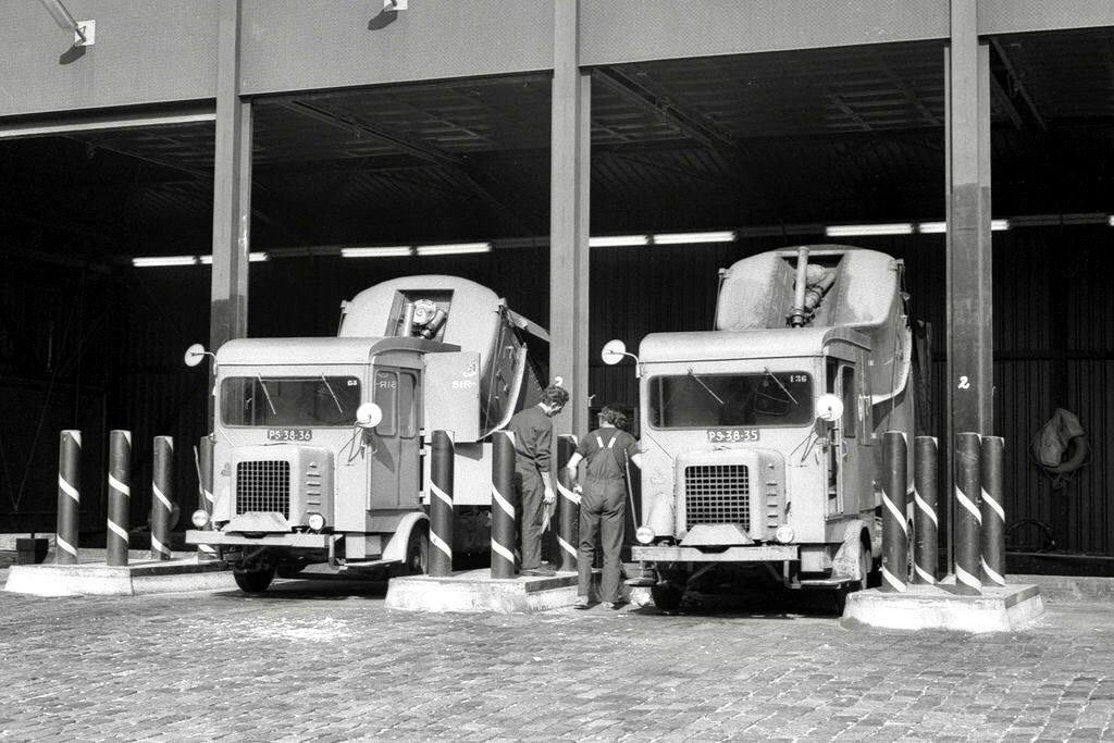1972-Amsterdam-Stadsreiniging-Faun-Vuilniswagen-SR-135-en-SR-136