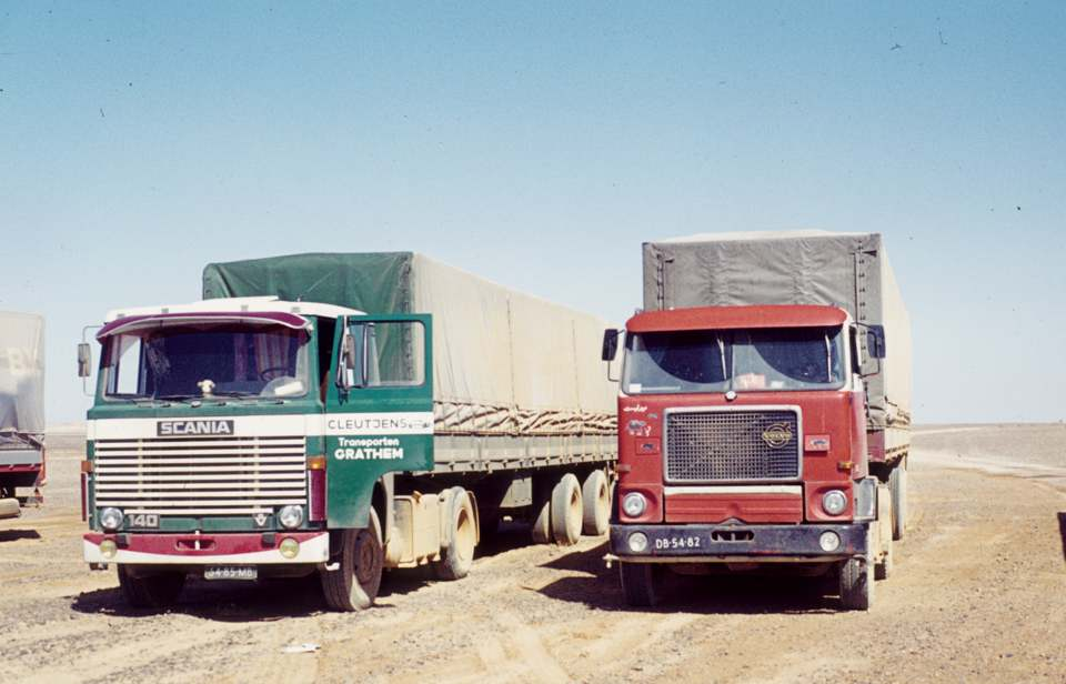 Scania-en-Volvo-F88-in-de-woestijn