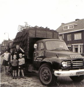 Bedford-van-J.J--v--d--Valk-uit-Naaldwijk-.Kolenboer-en-potgrond-handel--Dirk-Klapwijk-archief-