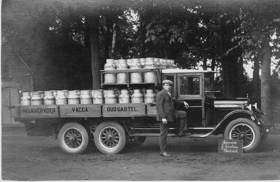 Chauffeur--eigenaar-Pieter-Jansen-uit-Poortvliet-poserend-bij-zijn-Ford-AA-tandemas-omstreeks-1920-De-houten-cabine-is-van-eigen-makelarij-van-J--Elenbaas--wat-in-die-jaren-ook-zeer-gebruikelijk-was