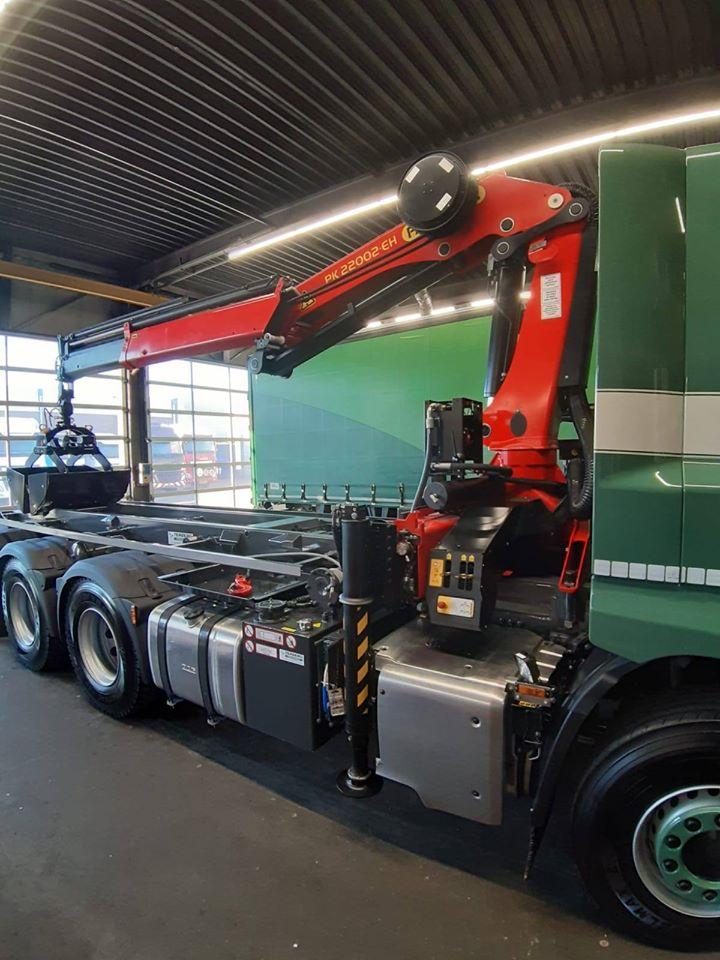 DAF-CF430-FAW--DAF-S-T-System-Truck-SpA-voorzien-van-een-extra-as--Verder-is-deze-CF-onder-andere-uitgerust-met-een-robuuste-opstap-zwaailampen--9-tons-vooras--achterzicht-camera--4-verstralers--Duomatic-3
