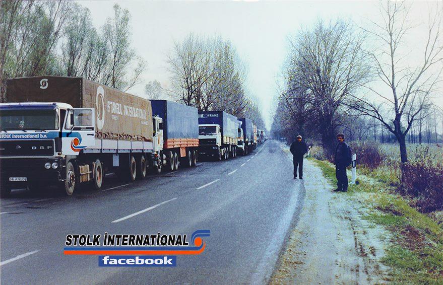 DAF--Jaar-1988-aan-het-einde-van-de-herfst--in-Hongarije-terwijl-je-wacht-op-de-bocht-in-roszke-douane