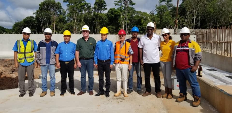 Van-rechts-naar-links--Brian-Karsosemito-Charissa-Jong-A-Pin-en-Erick-Redmount--Het-team-dat-de-leiding-had-op-dit-Project