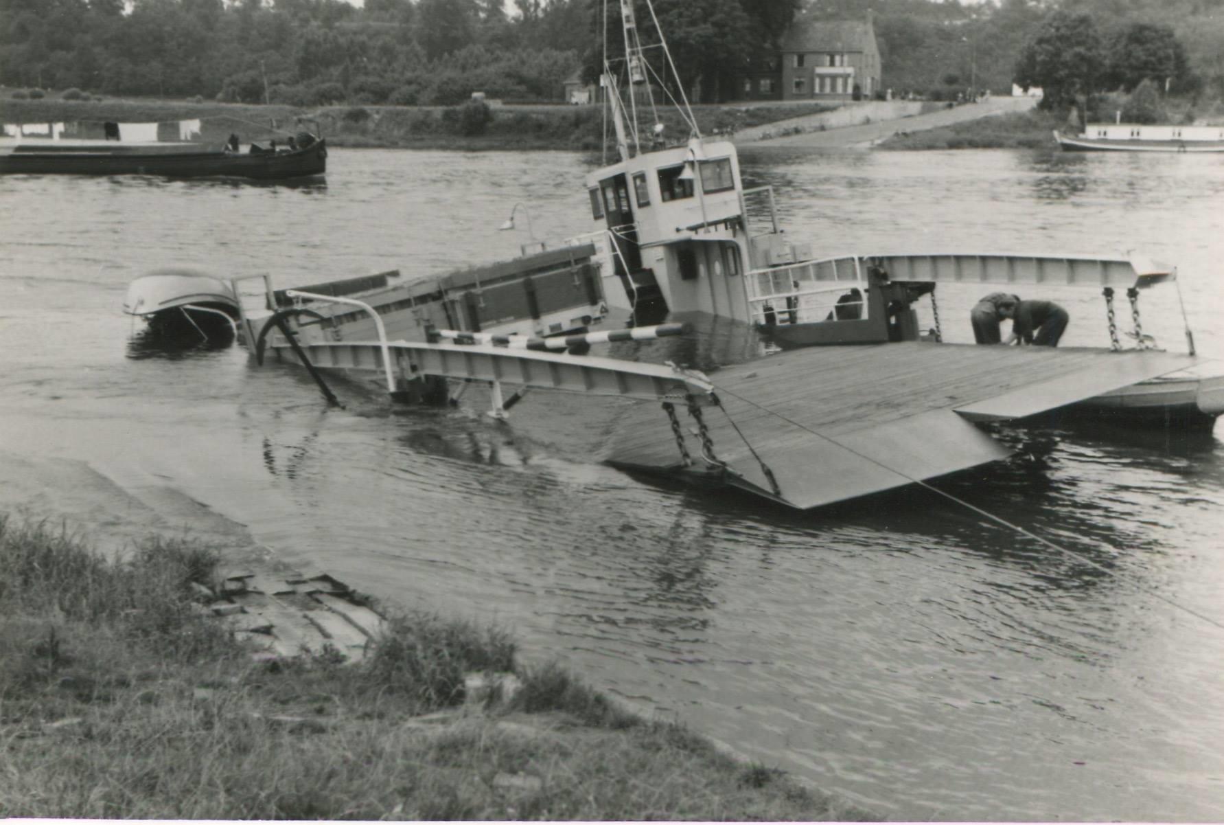 Schade--1957-foto--gemaakt-door-Jac--Rauws--ingezonden-door-Willem-Ruisch--Veerpont--Lexkesveer-Eageningen-Randwijk--1hade-