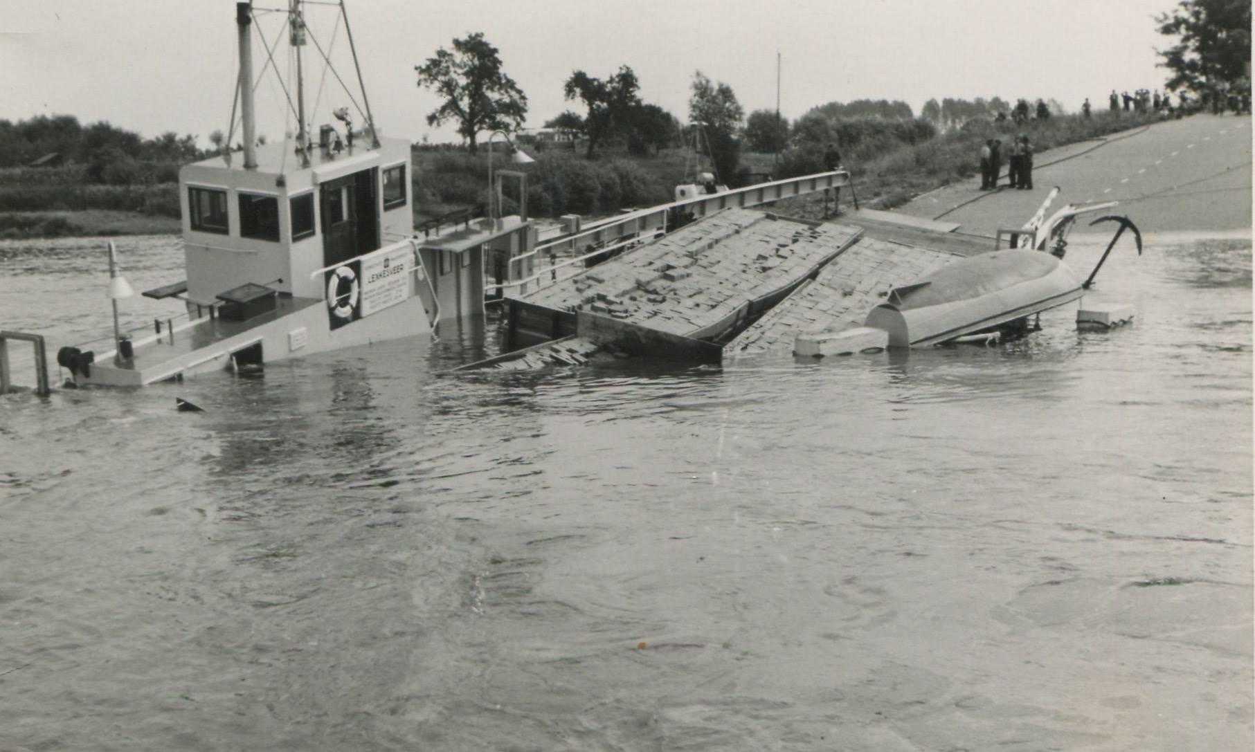 Schade--1957-foto-gemaakt-door-Jac-Rauws-ingezonden-door-Willem-Ruisch-Veerpont-Lexkesveer-Eageningen-Randwijk-1hade-