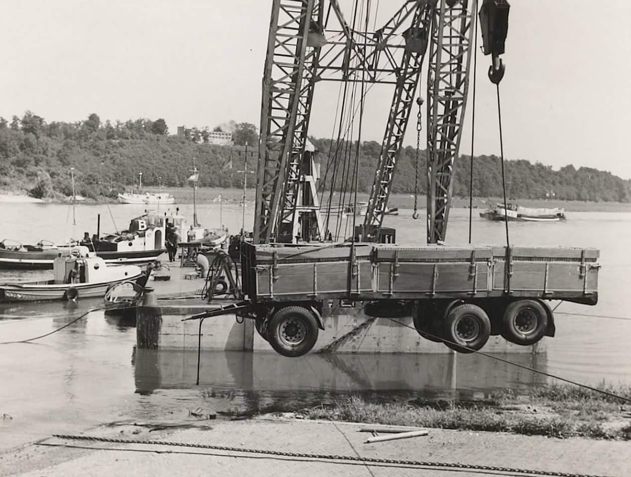 Schade-1957--foto-gemaakt-door-Jac-Rauws-ingezonden-door-Willem-Ruisch-Veerpont-Lexkesveer-Eageningen-Randwijk-