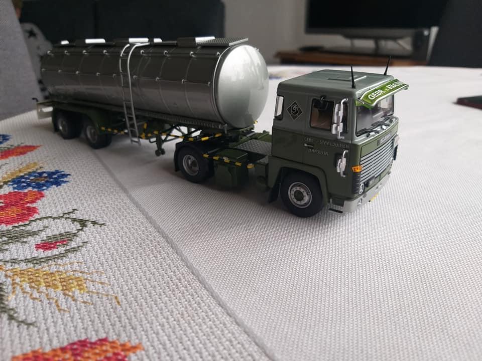 Dirk-Klapwijk-met-de-het-model-van-zijn-vroegere-wagen-2