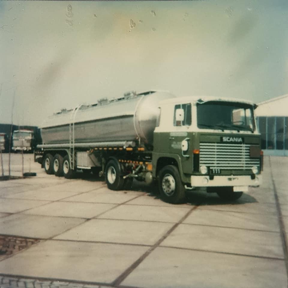 Dirk-Klapwijk-met-de-het-model-van-zijn-vroegere-wagen-3