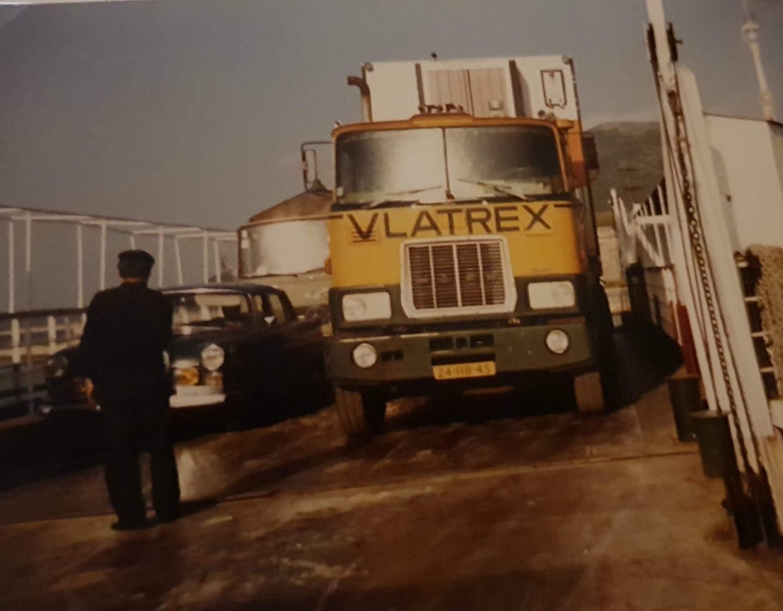 Vlatrex-Mack-met-als-chauffeur-Kees-Tukker-op-het-bootje-van-Patras--naar-het-eilandje-Skorpios