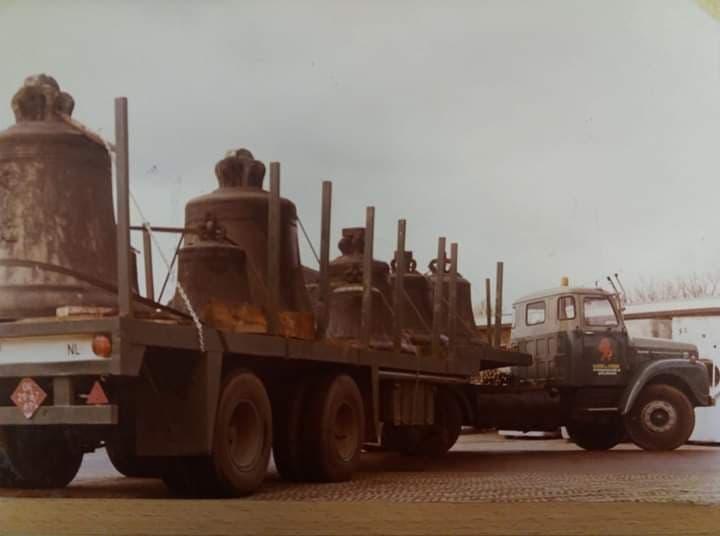 Scania-geladen-met-klokken-in-Drunnen-