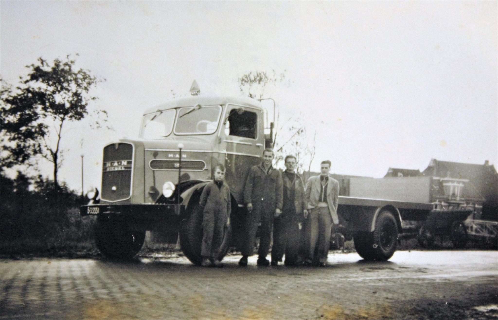 MAN-515-is-door-Rondaan-in-Beetgum-een-laadbak-opgebouwd-voor-H-Van-Dijk-uit-Eestrum-tussen-1950-1960-1