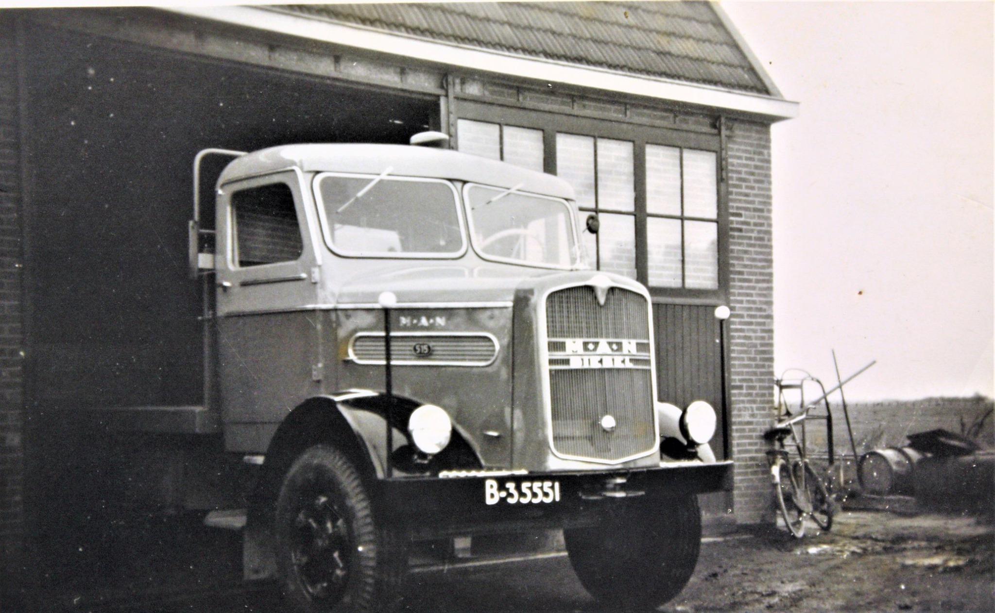 MAN-515-is-door-Rondaan-in-Beetgum-een-laadbak-opgebouwd-voor-H-Van-Dijk-uit-Eestrum-tussen-1950-1960-2