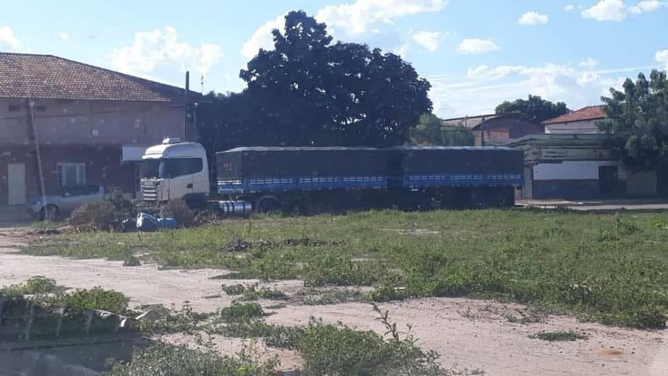 30-Scania-van-Cristiano-midden-in-de-stad-gewoon-op-straat-Hier-ga-ik-alleem-mee-rijden-maar-wel-Cristiano-met-de-Volvo