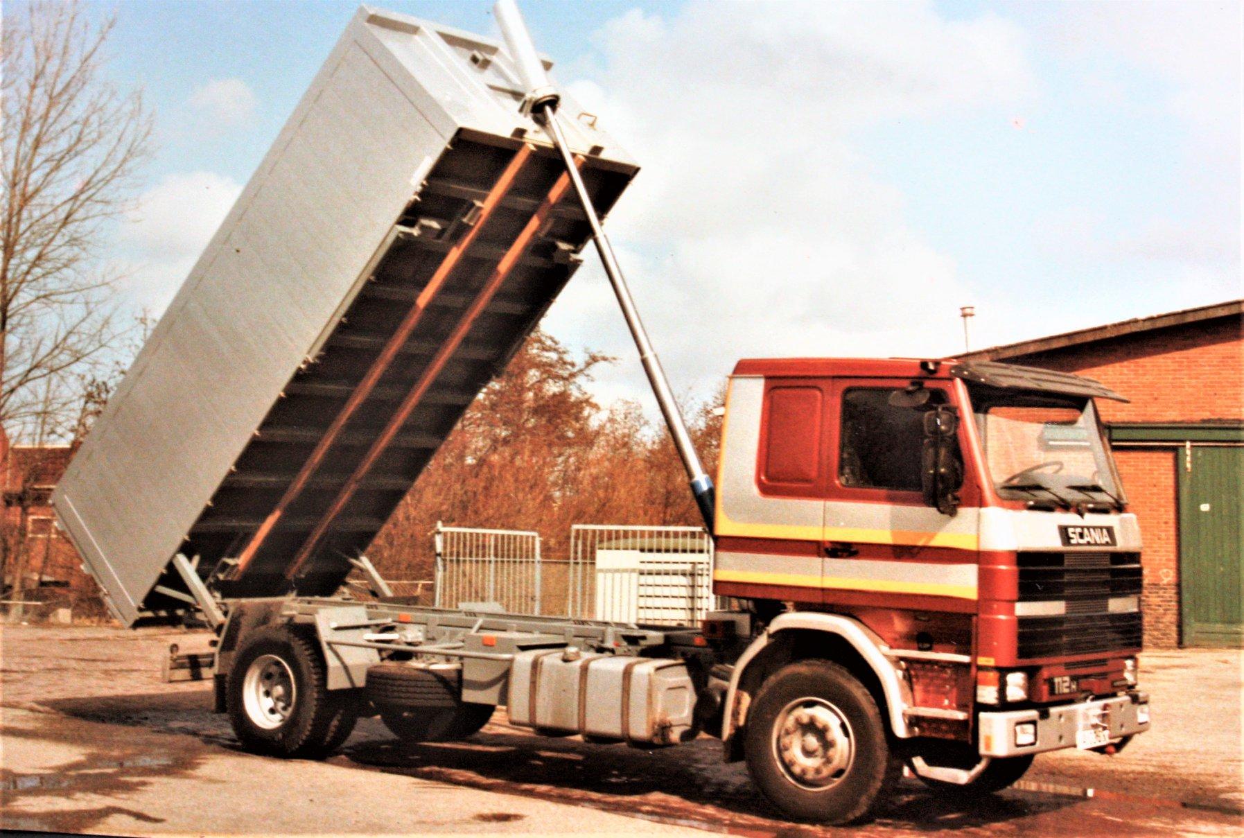 Scania-112-H-is-door-Rondaan-in-Beetgum-een-kipper-afzet-laadbak-opgebouwd-voor-Transportbedrijf-J-Visser-uit-Berlikum