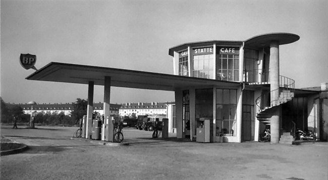 BP-Tankstelle-mit-Turmcafe-in-Freiburg---erbaut-1952-1