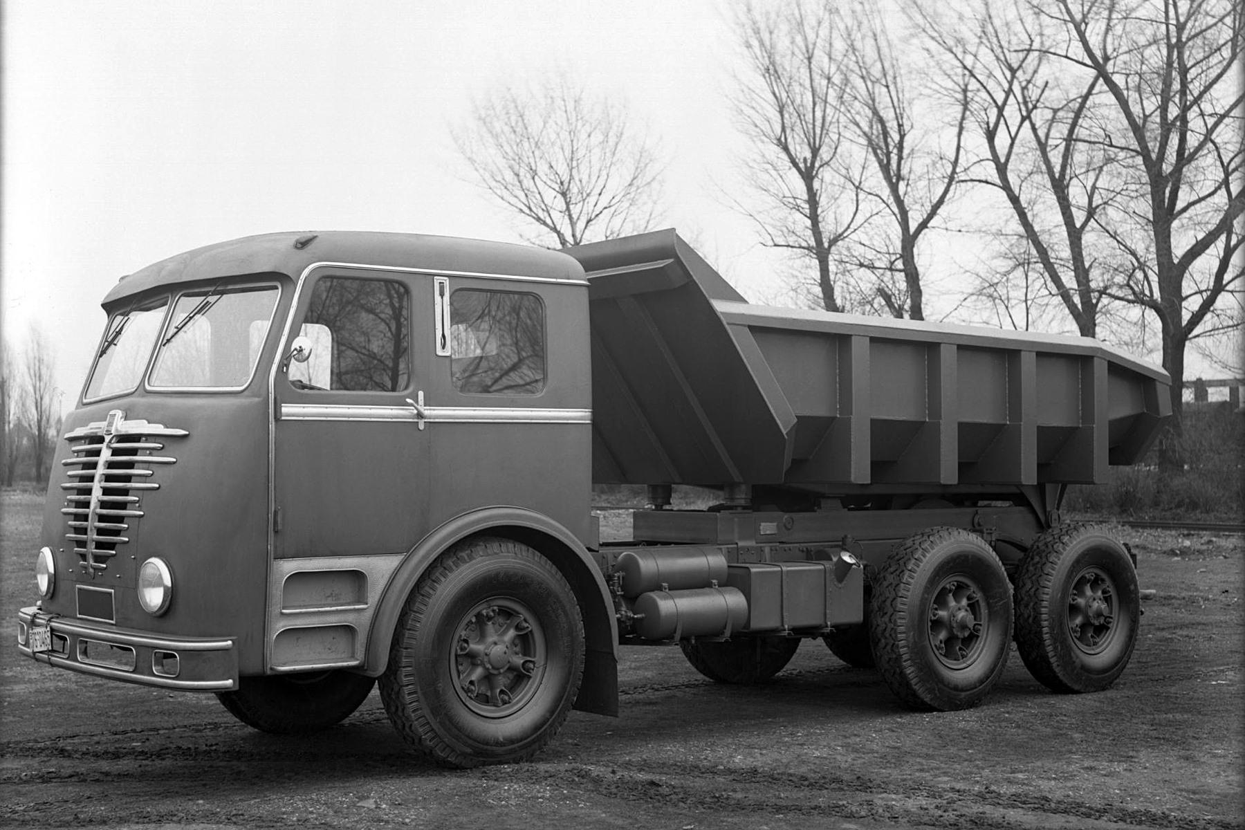 Bussing-12000-U-mit-Westwaggon-Kippmulde-1952