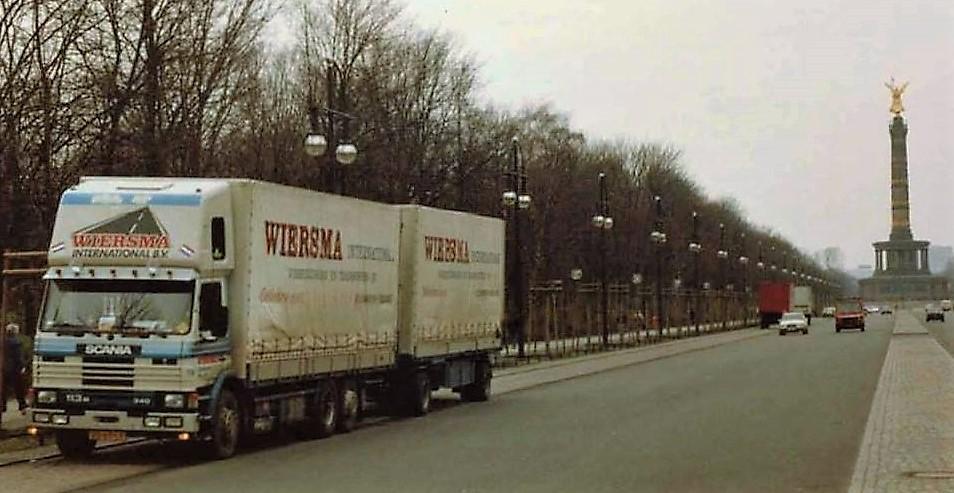 Scania-113-M--met-topsleeper-en-wisselbakken-2-x-60-m3-hier-in-BERLIJN