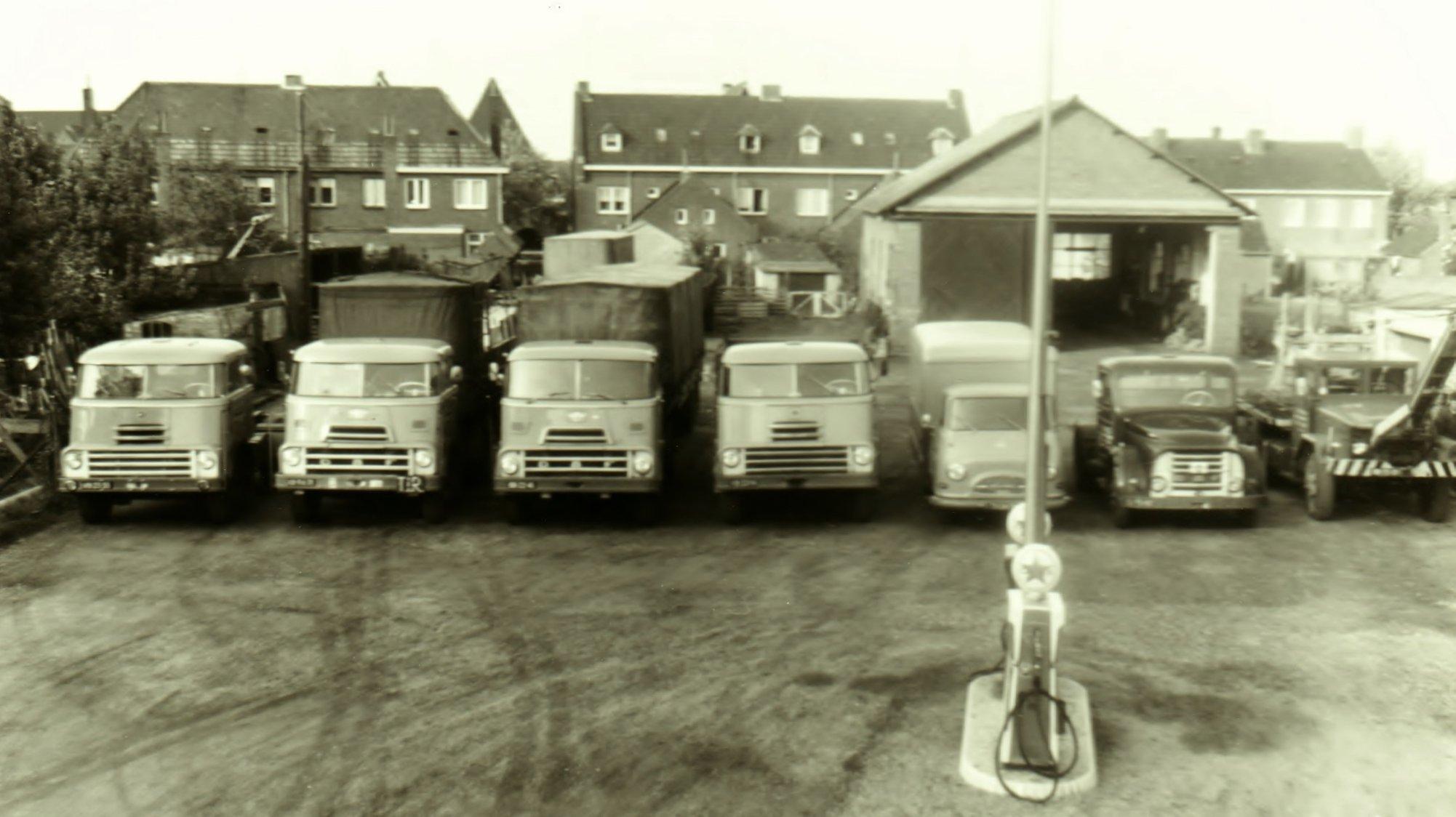 Ewals-Steyl-Tegelen--met-in-de-rechterhoek-een-REO-M35-waarmee-destijds-in-Tegelen-het-takelwerk-werd-verricht-bij-verkeersongelukken--Harrie-Schreurs-archief-