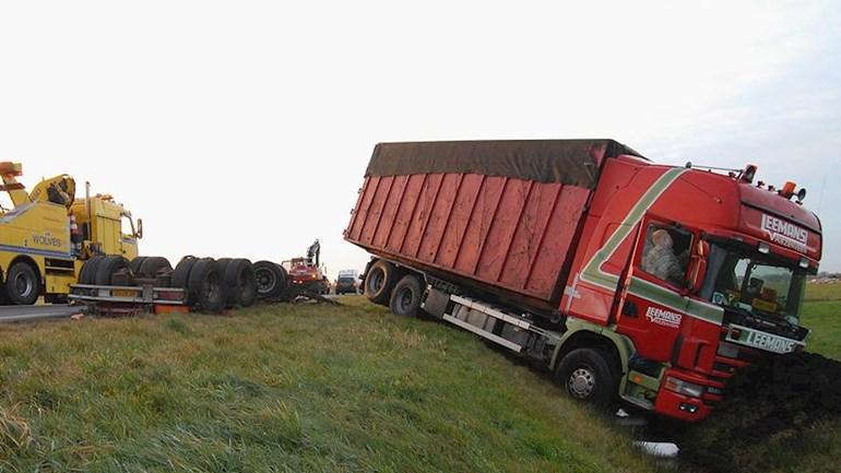 Scania-Vrachtwagen-in-de-sloot-op-N36