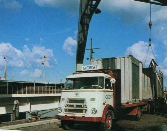 zo-te-zien-containers-aan-het-lossen-of-laden-in-Maassluis--Dirk-Klapwijk-archief