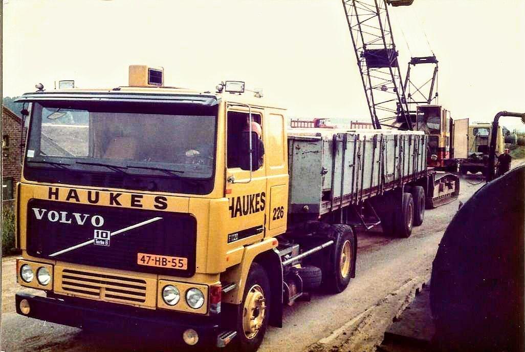 verplaatsen-van-Smith--28-dragline-met-een-kapotte-motor-met-de-Volvo-F10-nr--226-Chauffeur-Wim-Megens--Mijn-vader--met-een-geladen-Groenewegen-oplegger-nr-34-Han-archief--1