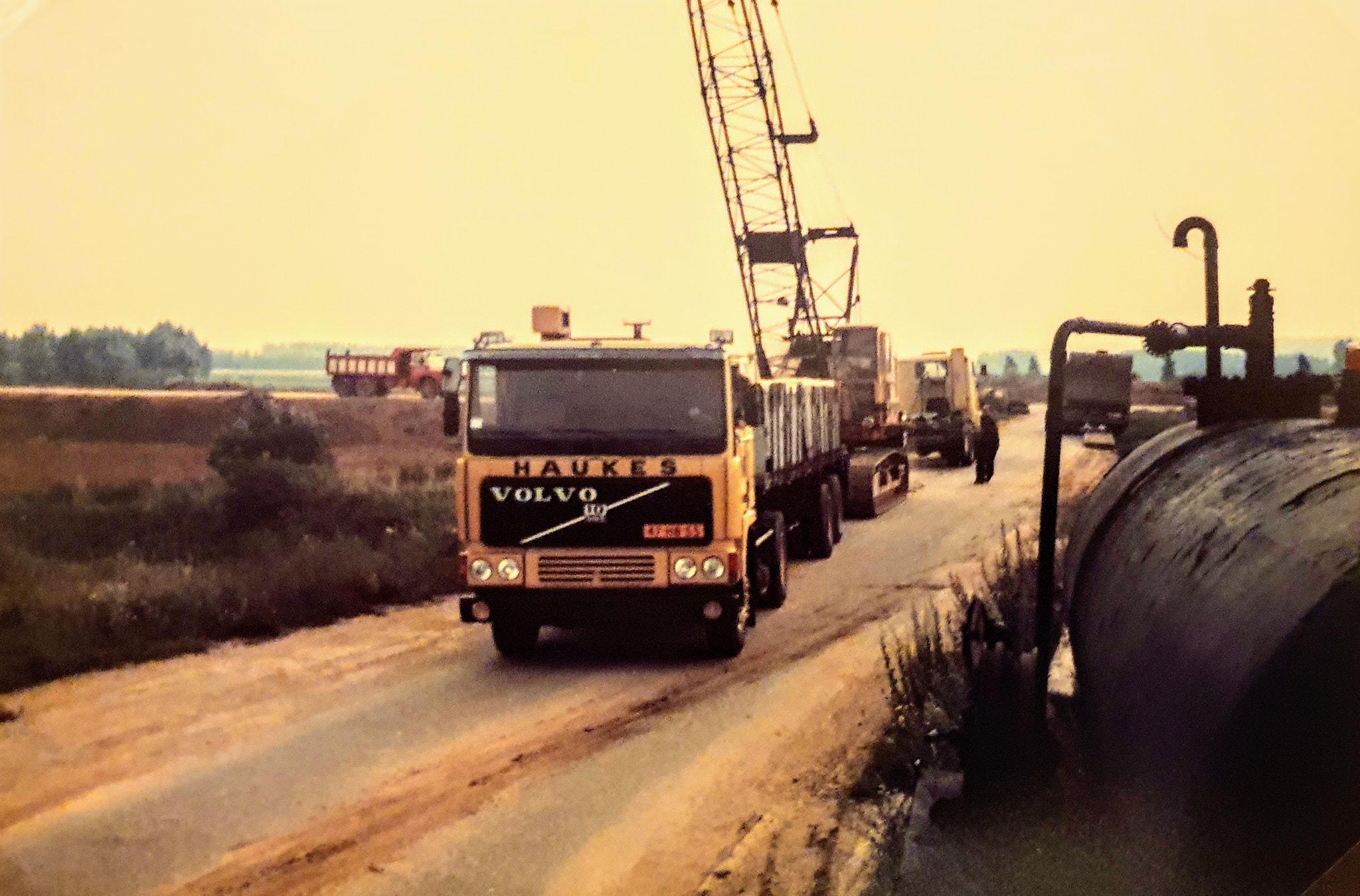 verplaatsen-van-Smith--28-dragline-met-een-kapotte-motor-met-de-Volvo-F10-nr--226-Chauffeur-Wim-Megens--Mijn-vader--met-een-geladen-Groenewegen-oplegger-nr-34-Han-archief--2