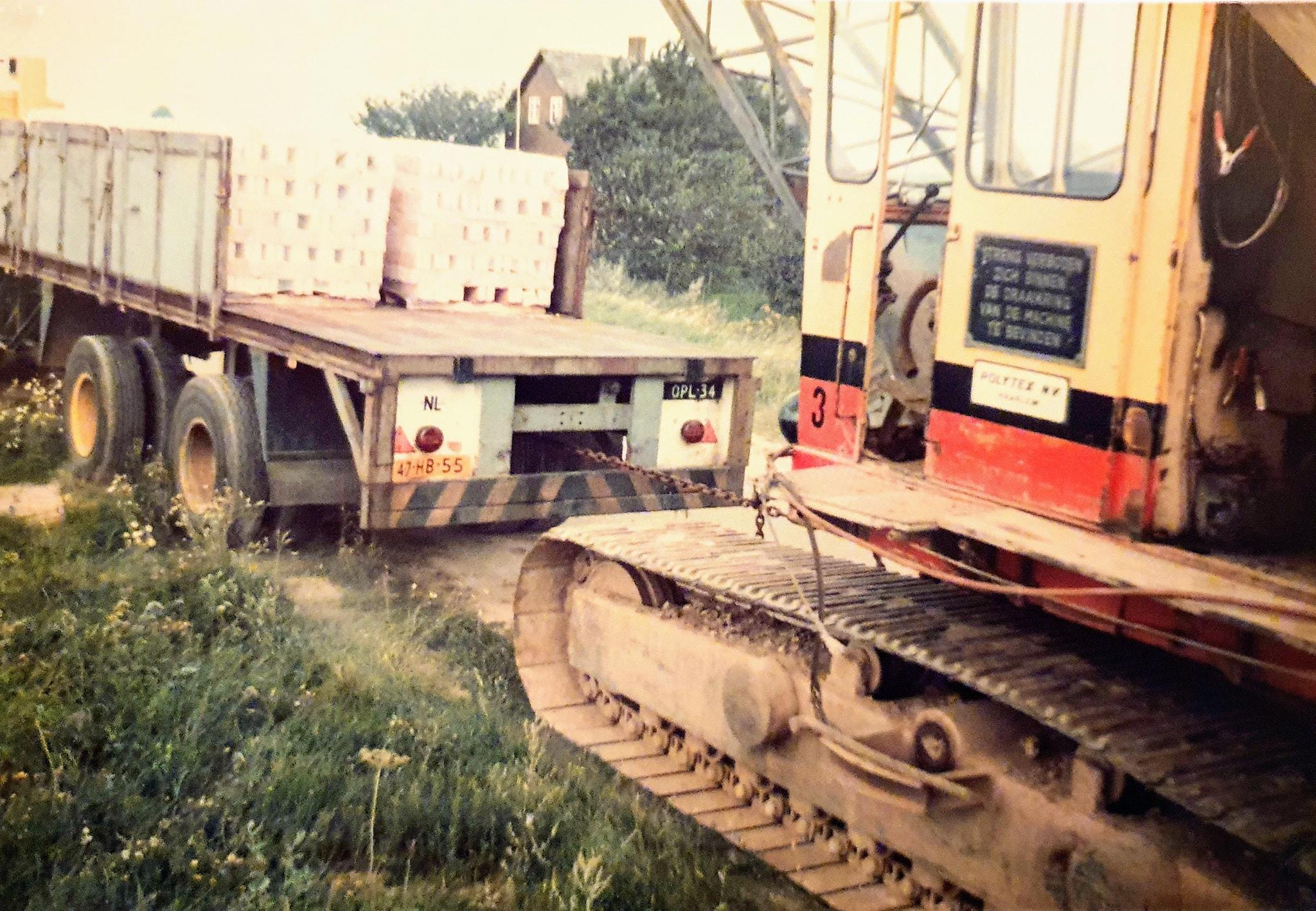 verplaatsen-van-Smith--28-dragline-met-een-kapotte-motor-met-de-Volvo-F10-nr--226-Chauffeur-Wim-Megens--Mijn-vader--met-een-geladen-Groenewegen-oplegger-nr-34-Han-archief--3