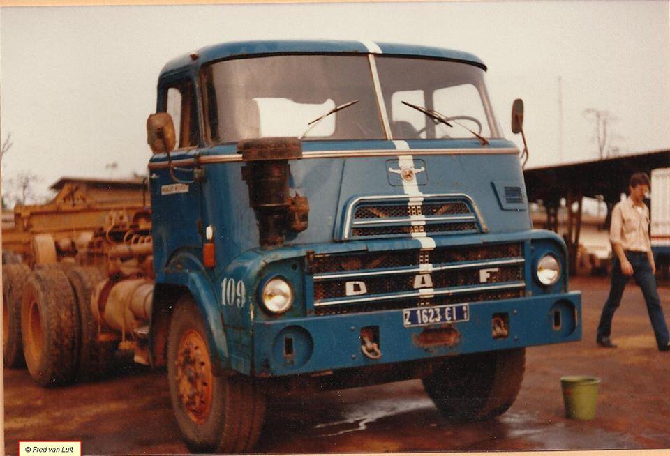DAF--DAF-FTT-2405-DK-1160-in-de-assemblagefabriek-cq-werkplaats-van-DAF-SIDAF--Abidjan--Ivoorkust-02-1984