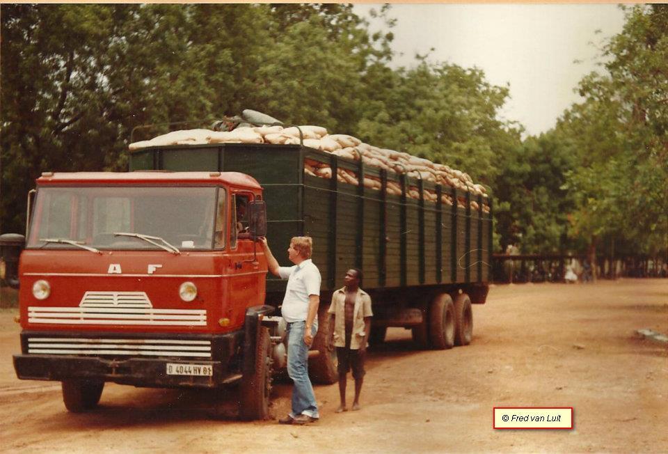 DAF--FT-2200-DU-825--geladen-met--ca--30-ton-graan--Ougadougou--in-toen-nog-Opper-Volta-het-tegenwoordige-Burkina-Faso-1983