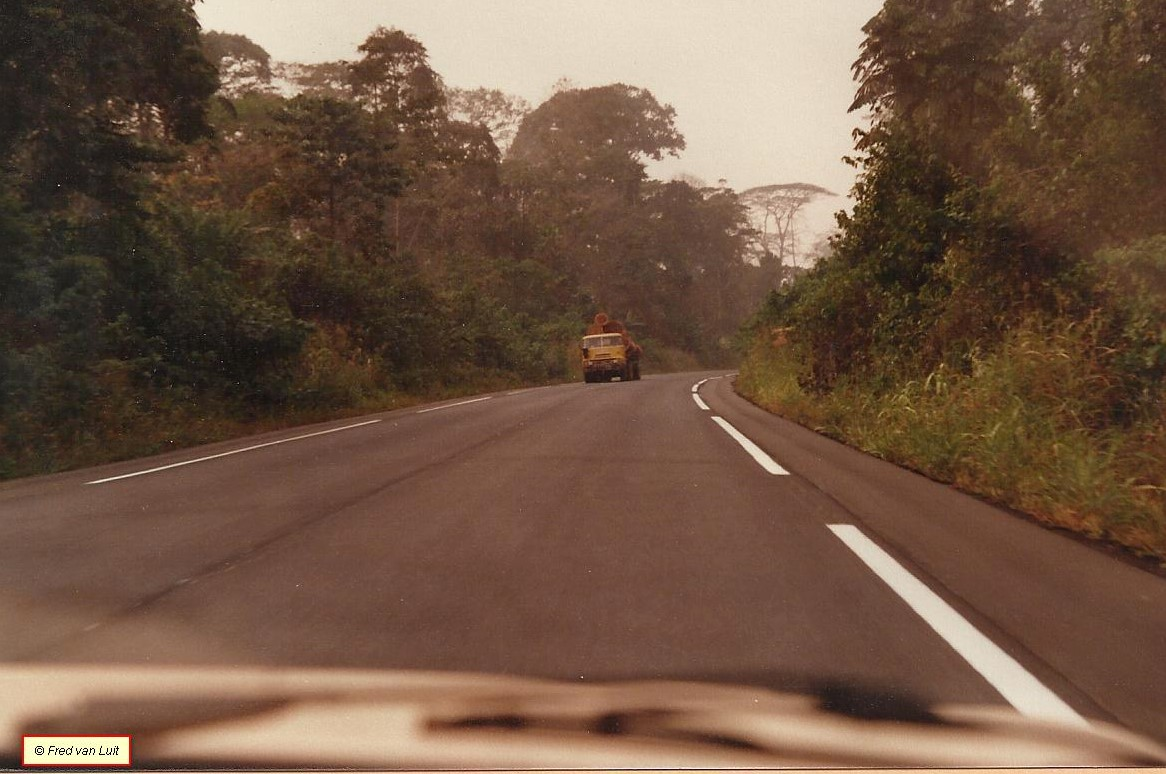 DAF-FTT-2405-DK-en-NTT-2805-DKTD-op-de-Man---San-Pedro-weg-Ivoorkust-01-1984---2