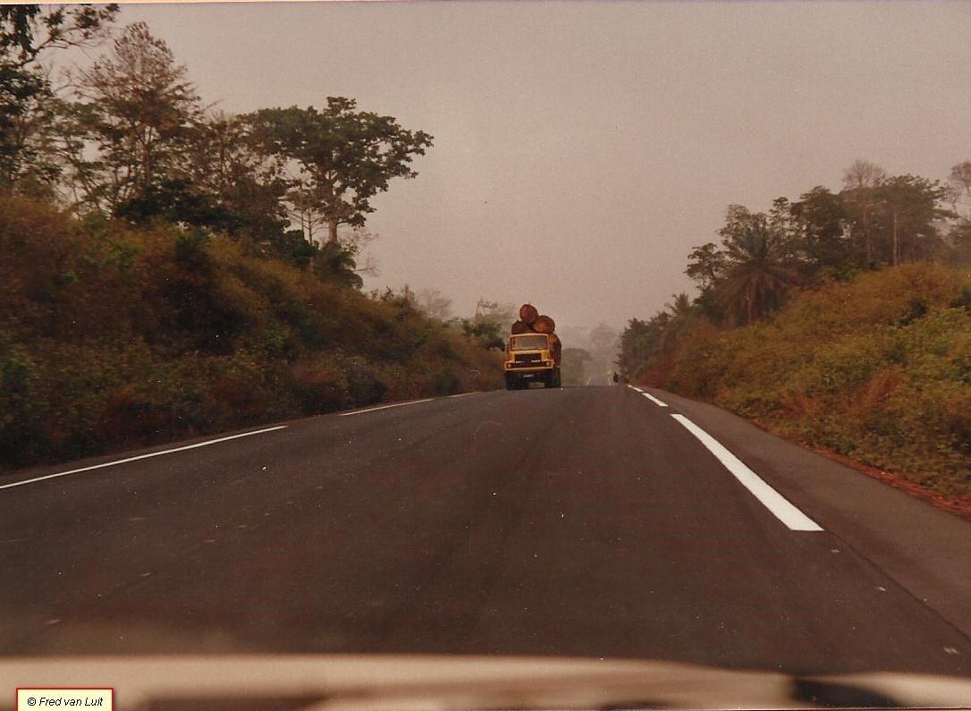 DAF-FTT-2405-DK-en-NTT-2805-DKTD-op-de-Man---San-Pedro-weg-Ivoorkust-01-1984---3