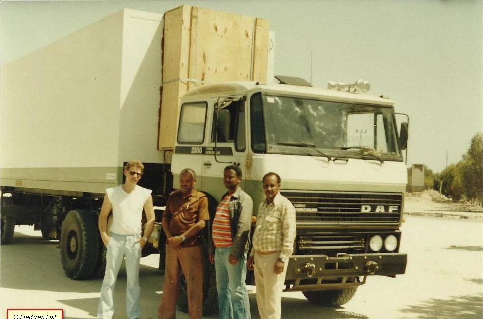 Voor-het-vertrek-naar-Addis-Abeba-en-onderweg-door-de-Danakil-woestijn-FT-2505-DHS-825-met-Nooteboom-oplegger-van-Etfruit--Assab--Eritrea--toen-nog-Ethiopie--03-1984-1
