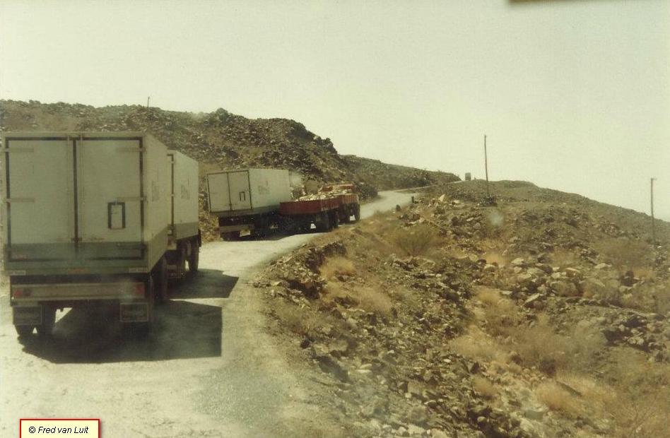 Voor-het-vertrek-naar-Addis-Abeba-en-onderweg-door-de-Danakil-woestijn-FT-2505-DHS-825-met-Nooteboom-oplegger-van-Etfruit--Assab--Eritrea--toen-nog-Ethiopie--03-1984-2