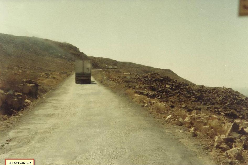 Voor-het-vertrek-naar-Addis-Abeba-en-onderweg-door-de-Danakil-woestijn-FT-2505-DHS-825-met-Nooteboom-oplegger-van-Etfruit--Assab--Eritrea--toen-nog-Ethiopie--03-1984-3