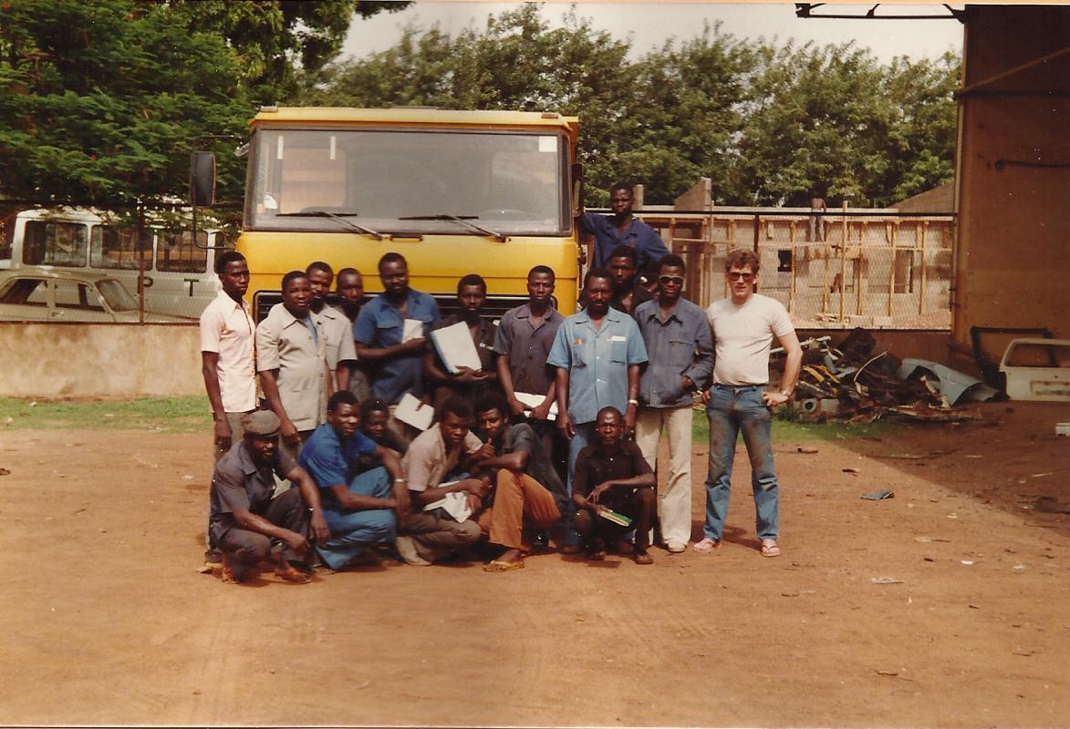 FA-1605-DF-met-brandstof-tank-opbouw.-Een-van-de-162-1600-s-die-DAF-geleverd-heeft-aan-Travaux-Publics--openbare-werken--van-toen-nog-Opper-Volta---en-training-geven-aan-de-monteurs-daar-Ouagadougou-1983-1